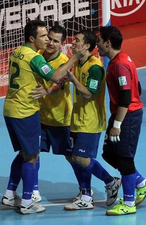 Brasil futsal comemora gol de Falcão Foto: AP