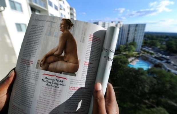 """Uma foto na página 194 de uma edição da revista americana Glamour catapultou a modelo Lizzie Miller, de 24 anos, para a fama. A imagem, que mostrava a barriguinha e estrias de Miller, ganhou fama mundial por mostrar """"uma barriga real"""". """"Foi uma loucura a rapidez com que a foto se espalhou, como fogo"""", diz ela Foto: Getty Images"""