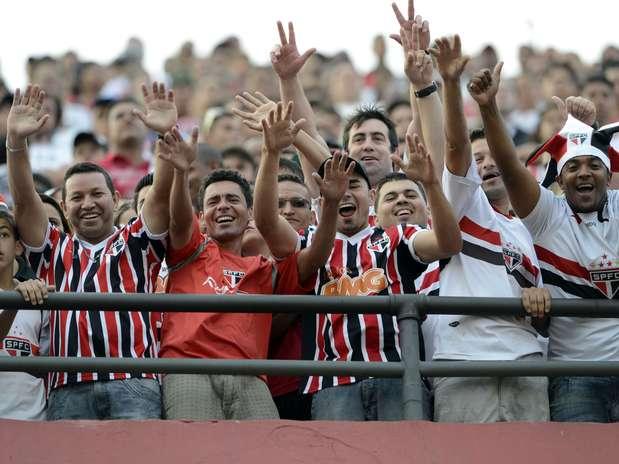 No Morumbi, torcida o São Paulo lotou o Morumbi para assistir à estreia do meia Paulo Henrique Ganso pelo clube tricolor. De quebra, fãs comemoram a vitória por 2 a 1 e a confirmação da vaga na próxima Copa Libertadores da América Foto: Marcelo Pereira / Terra