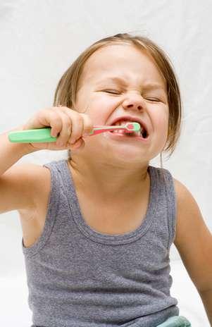 Conforme a criança cresce, é preciso adaptar a escova para facilitar a higienização. Para saber qual é a melhor, é recomendado pedir orientação ao dentista. Foto: Shutterstock