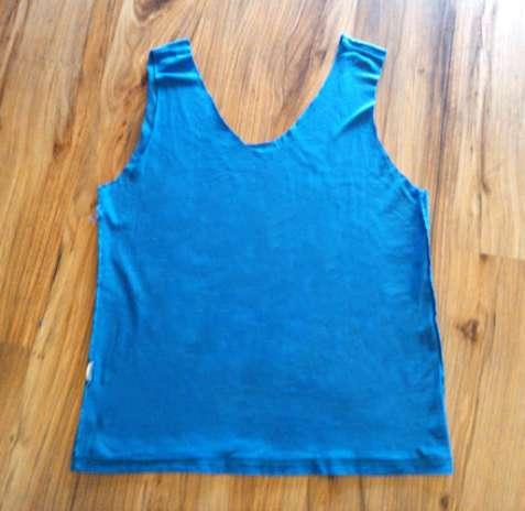 Passo 2: Vire a camiseta do lado do avesso e use a máquina de costura para fechar o fundo da sacola. Passe a linha bem rente à barra original Foto: Divulgação