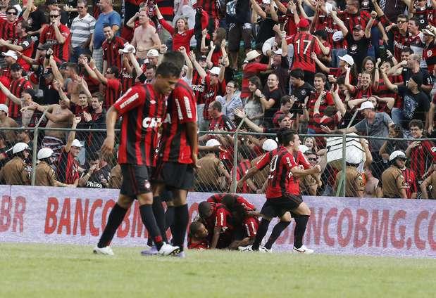 O Atlético-PR sofreu, mas segurou o empate por 1 a 1 com o Paraná e retornou à Série A após um ano Foto: Felipe Grabriel / Agência Lance
