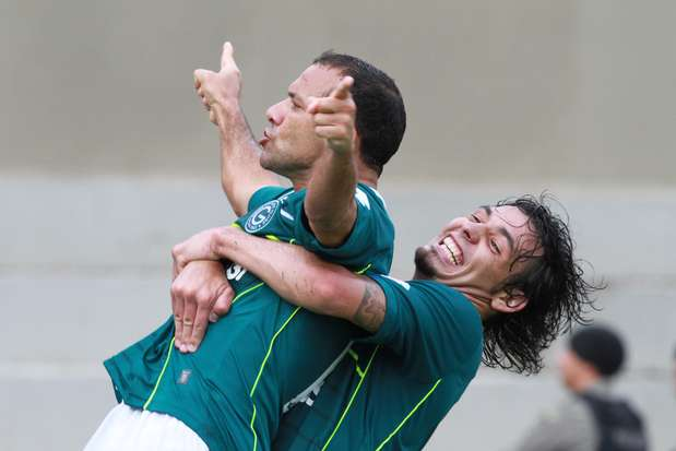 Iarley comemora gol do título do Goiás no Serra Dourada, neste sábado Foto: Carlos Costa / Agência Lance