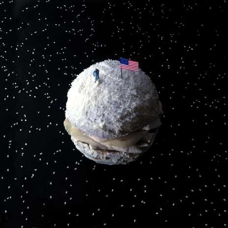 Hambúrguer Armstrong: feito com cogumelos, cream cheese, pera e coberto com coco Foto: Facebook / Divulgação