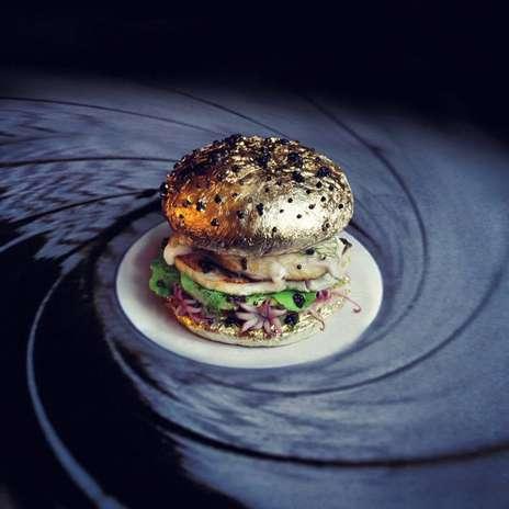 Hambúrguer em homenagem a James Bond: o lanche é feito com caviar, alho, ovos de codorna, polvo e pão envolvo em folhas de ouro Foto: Facebook / Divulgação