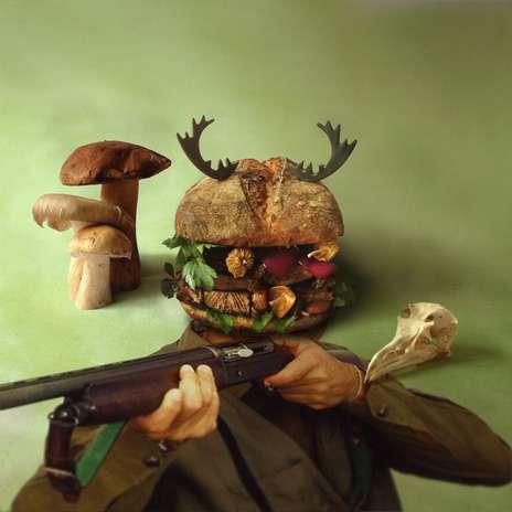 Hambúrguer caçador: hambúrguer com carne suína marinado em vinho tinto, salsa, noz-moscada, cravo, cenoura, alho, ostra e cebolas roxas caramelizadas com mel Foto: Facebook / Divulgação