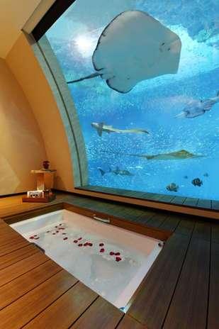 Sentosa Resort, Cingapura: o Sentosa Resort de Cingapura inaugurou 11 Suítes Oceano, com uma janela que dá diretamente para o aquário, no qual os hóspedes podem avistar animais como tubarões, arraias e outras 70 espécies marinhas. Modernas e confortáveis, as suítes garantem uma experiência única por diárias de cerca de R$ 4 mil Foto: Divulgação