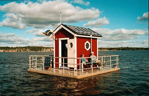 Utter Inn, Suécia: casinha flutuante no meio do lago Malaren em Vasteras, centro da Suécia. Os hóspedes são levados de barco até a casa, e deixados ali para passar a noite com muita tranquilidade e recolhidos no dia seguinte. A casinha é confortável, bem equipada, e conta com um observatório submarino para ver o movimento dos peixes.  As diárias para se hospedar no Utter Inn são de R$ 370 Foto: Divulgação