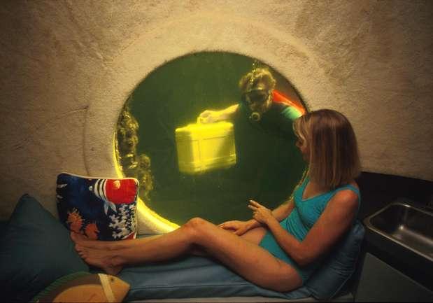 Jules Undersea Lodge, Estados Unidos: projetos de resorts de luxo submarinos estão na moda, diferentes hotéis ao redor do mundo. Mas o primeiro hotel embaixo dágua foi o Jules Undersea Lodge, antiga estação de pesquisas na ilha de Key Largo, Flórida, foi transformada em alojamento para duas pessoas, com camas, um banheiro, e uma grande janela com vista, para as águas do mar. Os hóspedes mergulham até sua suíte, e recebem refeições trazidas pelo staff do hotel. As diárias com tudo incluído começam a partir de R$ 1000. Foto: Divulgação