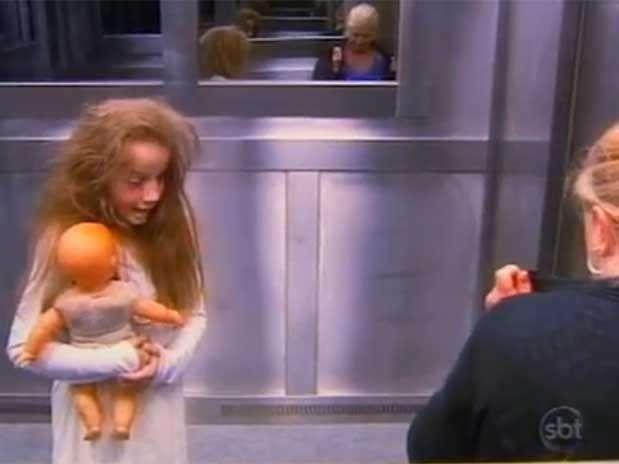 Menina fantasma do elevador conta que teve vontade de rir durante gravação de pegadinha do SBT Foto: Reprodução