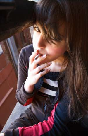 Fumar na adolescência aumenta risco de osteoporose em mulheres