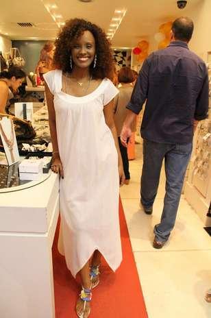 Isabel Fillardis usa vestido branco com recortes na barra, o que confere leveza a modelos nesse comprimento, geralmente perigosos para achatar a silhueta. As sandálias coloridas deixam o look despojado  Foto: Daniel Delmiro / AgNews