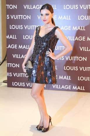 Mariana Rios usa vestido da marca Louis Vuitton em evento da grife. O modelo de couro recebeu bordados e aplicações e fica reservado a ocasiões bem especiais, apesar de ser mais curto Foto: Philippe Lima / AgNews