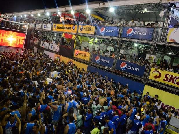 Uma multidão pulou atrás dos trios na primeira noite Foto: Agencia Groupe e Fred Pontes / Divulgação