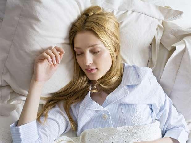 """Evite o inchaço - Tente dormir com um travesseiro extra. \""""A altura adicional ajuda a promover a drenagem linfática e impede que o fluido se acumule\"""", diz maquiador Jemma Kidd. Você pode ainda aplicar um soro B5 para a pele antes de dormir Foto: Getty Images"""