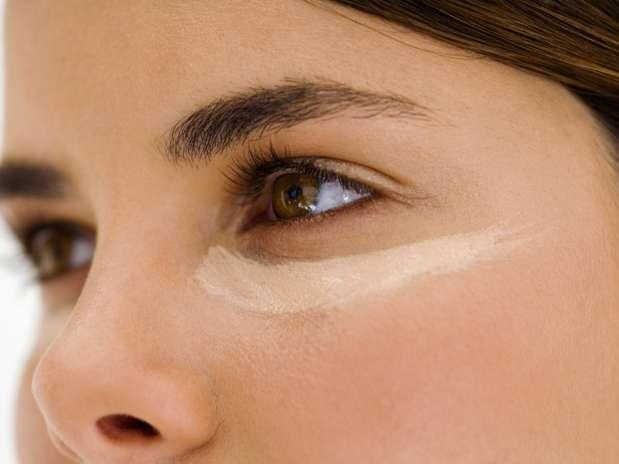 """Hora de se maquiar - Para disfarçar descolorações, comece com um corretivo. \""""Os verdes neutralizam a vermelhidão e os amarelos cobrem os tons azulados que ficam ao redor do olho\"""", diz Jemma Foto: Getty Images"""