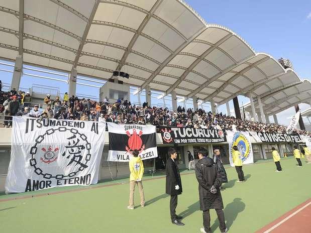 De acordo com a organização do estádio, 700 torcedores acompanharam o treino corintiano Foto: Ricardo Matsukawa / Terra