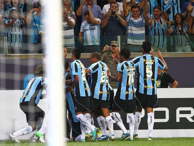 Gremistas comemoram primeiro gol do novo estádio, marcado pelo centroavante André Lima Foto: Lucas Uebel/Grêmio FBPA / Divulgação