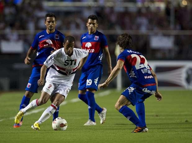 Lucas infernizou os rivais com dribles rápidos no campo de ataque Foto: Bruno Santos / Terra
