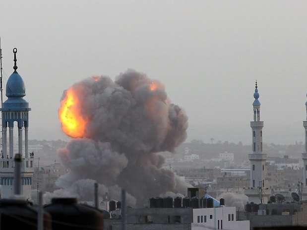 Explosão atinge construções durante uma ofensiva aérea israelense em Gaza Foto: AFP