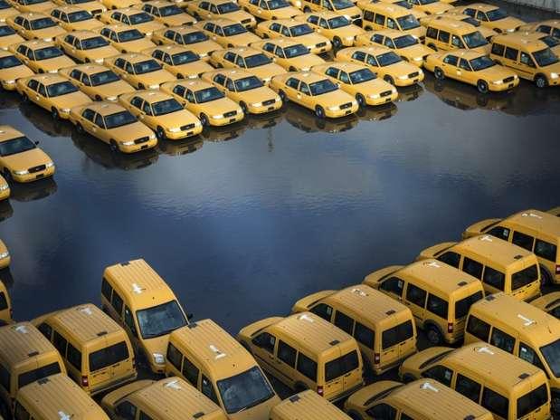 Estacionamento com novos táxis é inundado pela passagem do furacão Sandy por Nova Jersey Foto: AFP