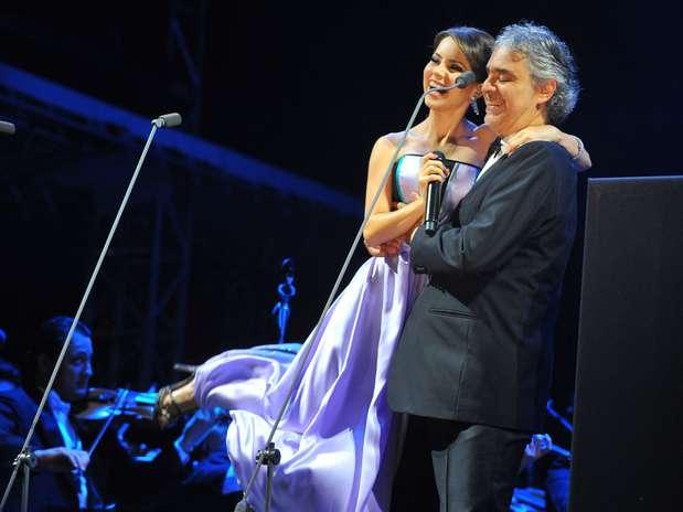 Andrea Bocelli recebeu Sandy, com quem gravou a canção 'Vivo Por Ella', no palco de sua única apresentação em São Paulo, nesta quinta-feira (13), no Jockey Club Foto: Marcelo Pereira / Terra