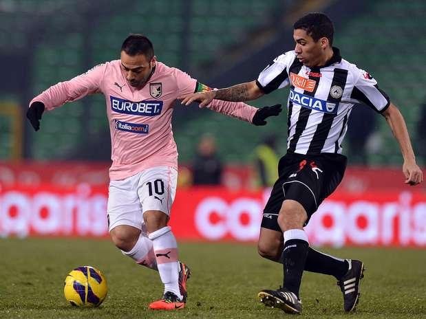 Miccoli tenta levar a marcação em empate em Udine Foto: Getty Images