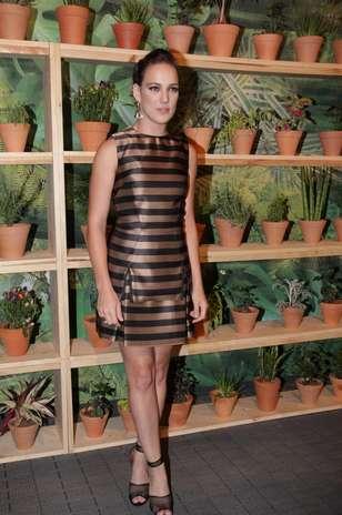Adriana Birolli posa com vestido da coleção inverno 2013 do estilista Vitorino Campos, provando que o brilho ainda permanece em alta Foto: Milene Cardoso / AgNews