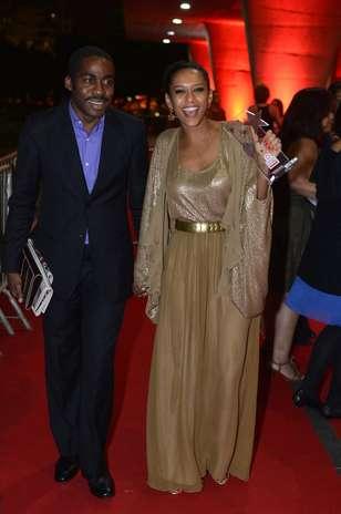 Taís Araújo usa top, casaco e saia dourados e ainda reforça look com cinto na mesma tonalidade Foto: AgNews