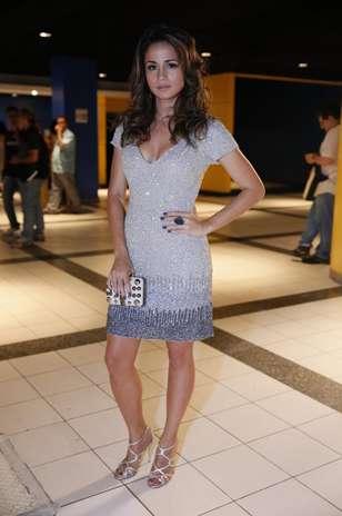 Bordados em dois tons prateados dominam look da atriz Nanda Costa, que usa sandálias metalizadas e clutch com metais dourados Foto: Roberto Filho / Agência Senado