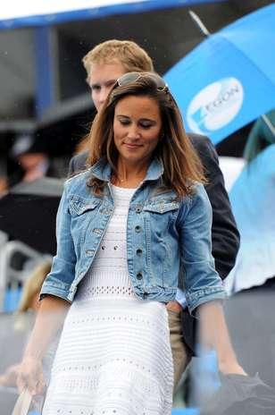 Pippa Middleton combinou a sua jaqueta justinha e de jeans desbotado com vestido de tricô Foto: Divulgação