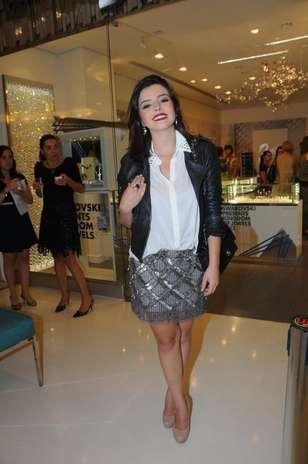 Giovanna Lancellotti usa saia com brilhos e combina o item com peças clássicas, como o camisa branca e a jaqueta de couro Foto: Francisco Oliveira / AgNews