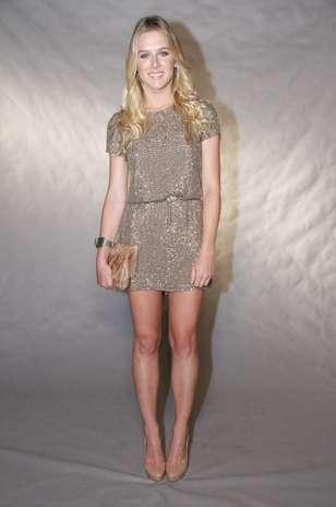 O vestido de lurex usado pela atriz Fiorella Mattheis foi combinado a acessórios nude para um visual casual Foto: Roberto Filho / AgNews