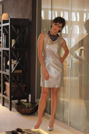 Deborah Secco posa com vestido de couro prateado e escarpins no mesmo tom. O maxicolar atualiza a produção e está em alta Foto: Milene Cardoso / AgNews