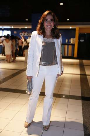 Totia Meireles usa top prateado com blazer e calça brancos Foto: Roberto Filho / AgNews