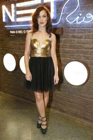 Adriana Birolli usa vestido que combina dourado com tule preto, opção para mulheres ousadas Foto: AgNews