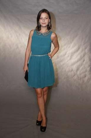 """Milena Toscano usa vestido com detalhes dourados sobre tecido azul.O brilho no tom \""""esquenta\""""produções em cores frias. Aposte Foto: Roberto Filho / AgNews"""