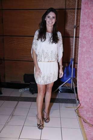 A apresentadora Glenda Kozlowski usa vestido branco com bordados prateados bem discretos Foto: Roberto Filho / AgNews