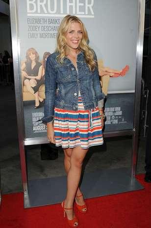 Vestido de tecido fino e listrado e jaqueta de jeans: a atriz Busy Philipps fez um mix que não tem erro Foto: Divulgação