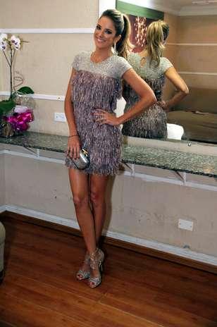 Ticiane Pinheiro usa vestido da estilista Patricia Bonaldi em tom rosa e prata e opta por complementos com brilho, como a clutch Diane Von Furstenberg e as sandálias da marca Jimmy Choo Foto: Paulo Eduardo / Agência Senado