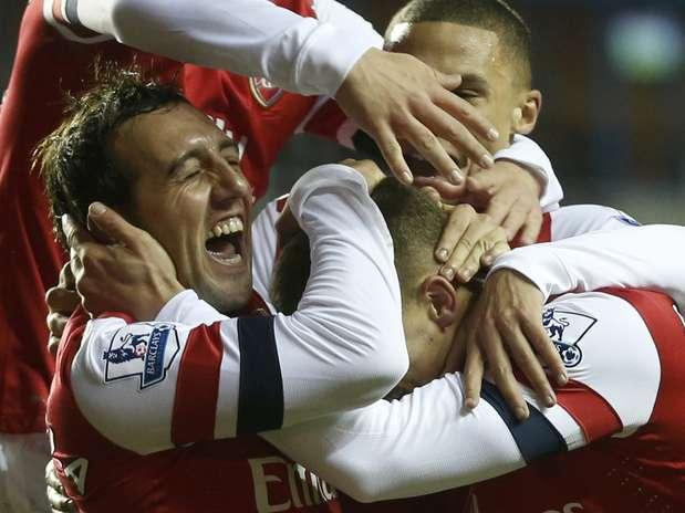 Cazorla marcou três vezes e deu uma assistência durante a goleada do Arsenal Foto: Reuters