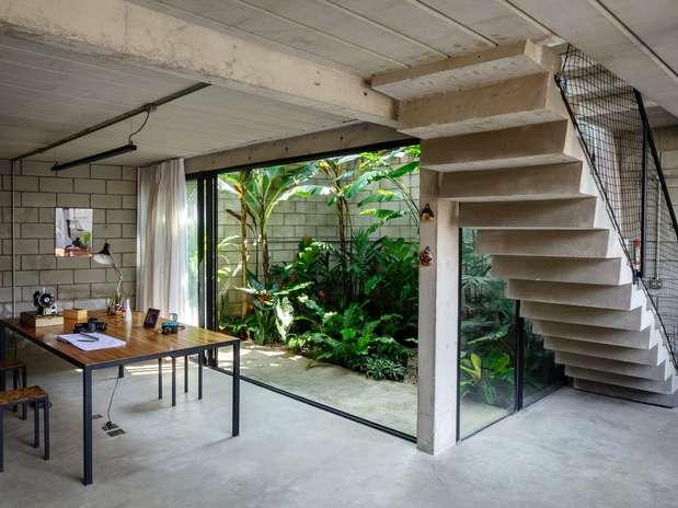 Na área interna da casa, o jardim se destaca pela integração com as salas, já que está separado destas apenas por uma porta de vidro Foto: Pedro Kok