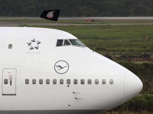 Avião que trouxe o Corinthians ao Japão exibe bandeira do clube Foto: Reuters