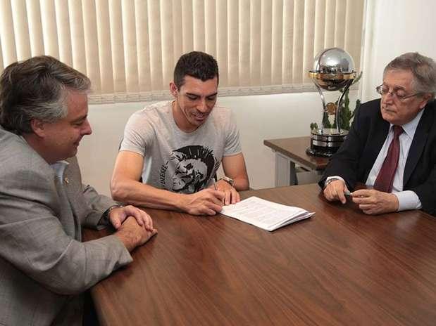 Lúcio assinou contrato com o São Paulo após reunião com a diretoria Foto: São Paulo FC / Divulgação