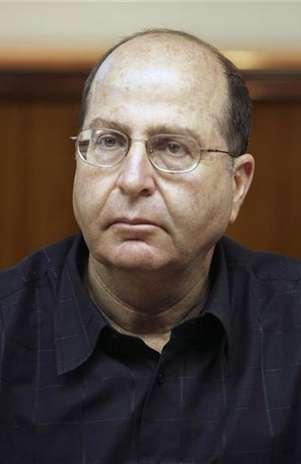 Vice-primeiro-ministro de Israel, Moshe Yaalon, vai a reunião de gabinete, em Jerusalém, em agosto de 2009 Foto: Jim Hollander / Reuters