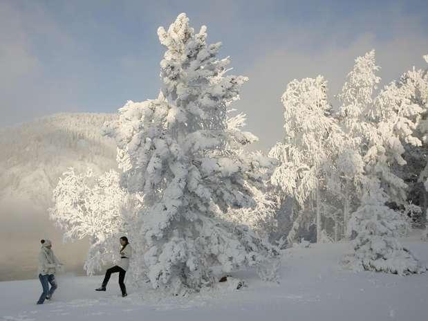 Duas mulheres brincam na neve em dia em que os termômetros marcaram -30ºC na cidade siberiana de Krasnoyarsk, na Rússia. Uma onda de frio fez com que as temperaturas ficassem entre 10 e 20 graus negativos nos últimos dias na Sibéria, médias inferiores ao normal para esta época do ano Foto: Reuters