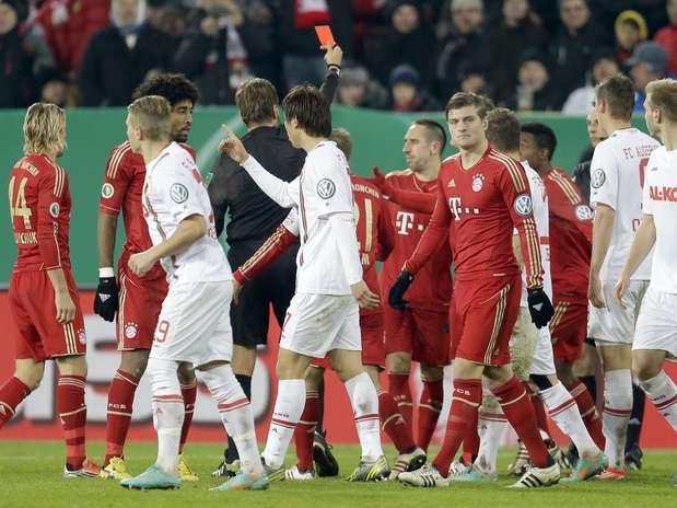 Ribery se desentendeu com coreano Ja-Cheol Koo e recebeu cartão vermelho na vitória do Bayern de Munique Foto: AP