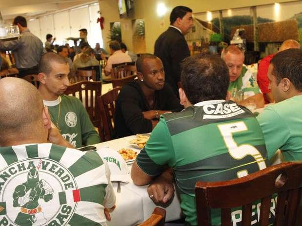 Cantor Thiaguinho, que causou polêmica na última terça-feira ao puxar xingamentos contra o Palmeiras durante a passeata do Corinthians campeão mundial por São Paulo, se reuniu com a principal torcida organizada do clube alviverde Foto: Léo Franco / AgNews