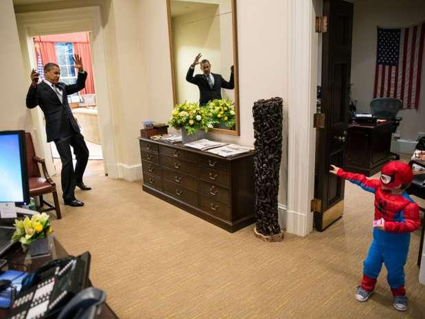 Obama é atingido pelos poderes do pequeno super-herói aracnídeo na Casa Branca Foto: PETE SOUZA/WHITE HOUSE/FLICKR