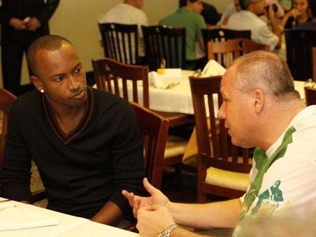 Reunião entre Thiaguinho e a Mancha Verde aconteceu na churrascaria Anhembi, próxima ao sambódromo Foto: Léo Franco / AgNews